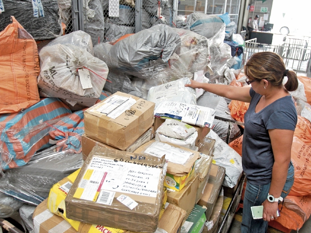 Cientos de sacos con correspondencia llegan todos los días a Combexim, pero su distribución por el correo nacional aún no se reactiva en forma total.