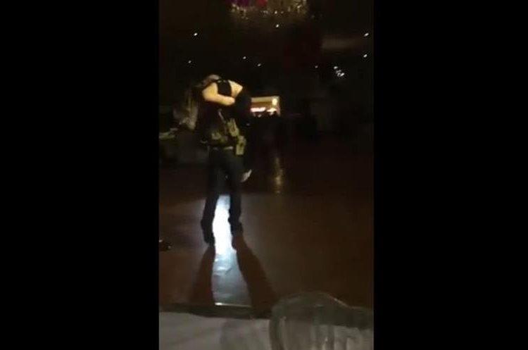 """Durante la coreografía de la quinceañera, los chambelanes """"sicarios"""" simulan secuestrar a las jóvenes. (Foto Prensa Libre: Mp3 Sinaloa)"""