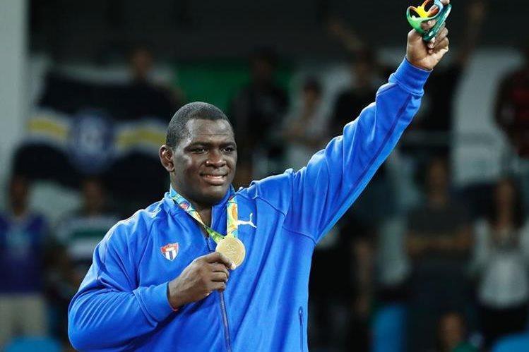 Mijaín López Nuñez muestra con orgullo la medalla de oro en la lucha grecoromana. (Foto Prensa Libre: AFP)