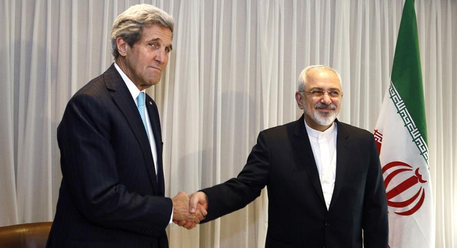 El Secretario de Estado de EE.UU. Kerry, (i) saluda aljefe de la diplomacia iraní, Mohamad Javad Zarif. (AFP).