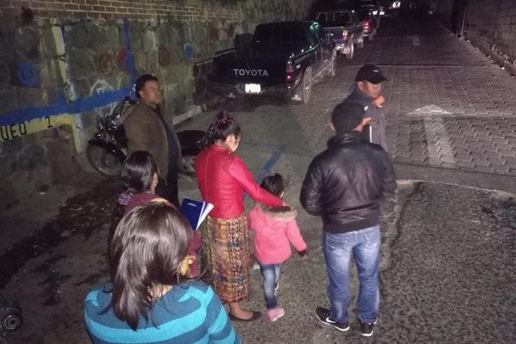 El recién nacido fue localizado en la palangana de un picop, estacionado frente al Hospital Nacional de Sololá. (Foto Prensa Libre: Ángel Julajuj)