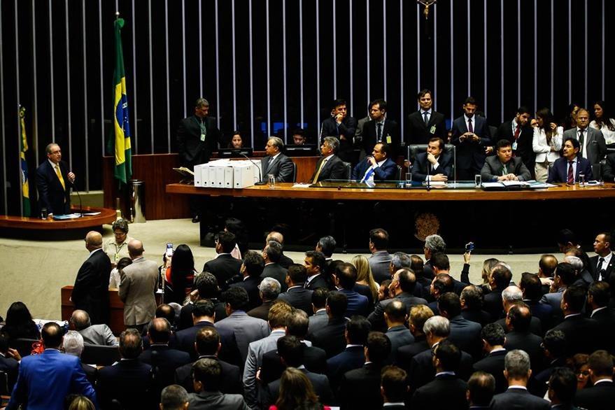 Eduardo Cunha se dirige a la Cámara Baja de Brasil para defender de las implicaciones del juicio político que le costó la destitución.  (Foto Prensa Libre: EFE)