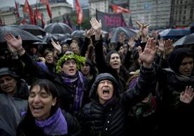 Mujeres argentinas durante una de las marchas que efectuaron el 2016 en contra de la violencia de género. (Foto Prensa Libre: AP).