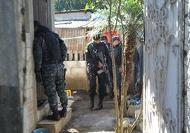 La policía allana una vivienda donde fueron recibidos a balazos. (Foto Prensa Libre: Érick Ávila)