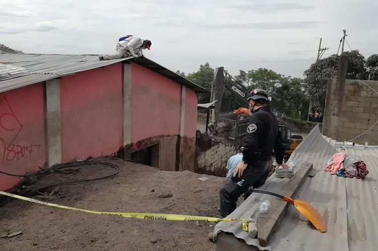 La maquinaria que se utiliza en las tareas de rescate fue ingresada este jueves de madrugada para evitar que la PNC les impidiera el paso. (Foto Prensa Libre: Carlos Paredes)