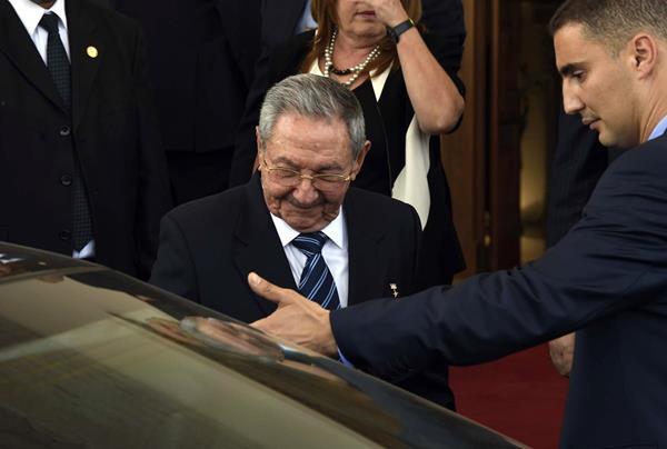 El gobernante cubano Raúl Castro, quien entra al vehículo, será recibido por su Santidad. (Foto Prensa Libre: EFE).