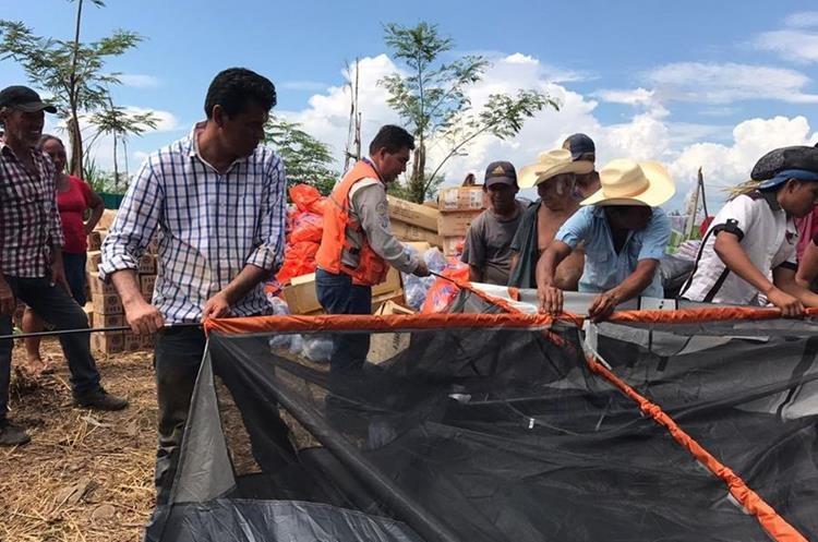 Conred dotó de carpas y alimentos a las familias guatemaltecas. (Foto Prensa Libre: Rigoberto Escobar)