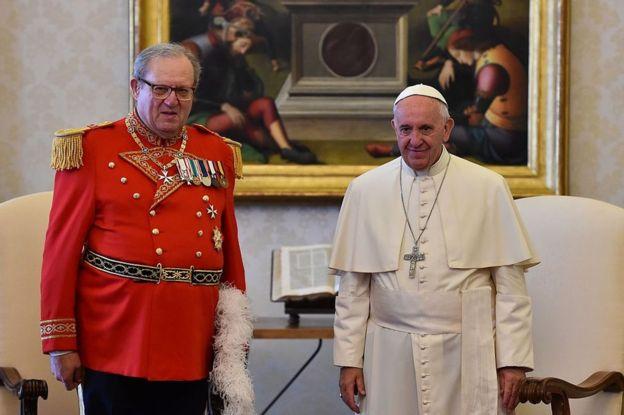 """El gran maestre de la Orden de Malta, Matthew Fresting (izquierda), consideró lo de la comisión nombrada por el papa Francisco una """"intromisión"""" en sus asuntos soberanos. GETTY IMAGES"""