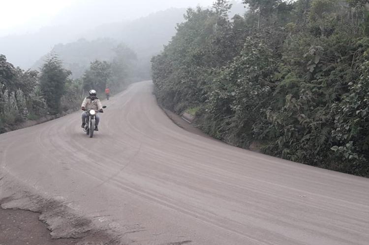 Algunas vías en San Pedro Yepocapa, Chimaltenango, han quedado cubiertas de ceniza. (Foto Prensa Libre: Víctor Chamalé)