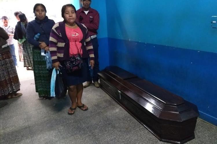 Familiares de Alejandra Icó Chub en la morgue del Inacif de Cobán, Alta Verapaz. (Foto Prensa Libre: Aura Andersen)