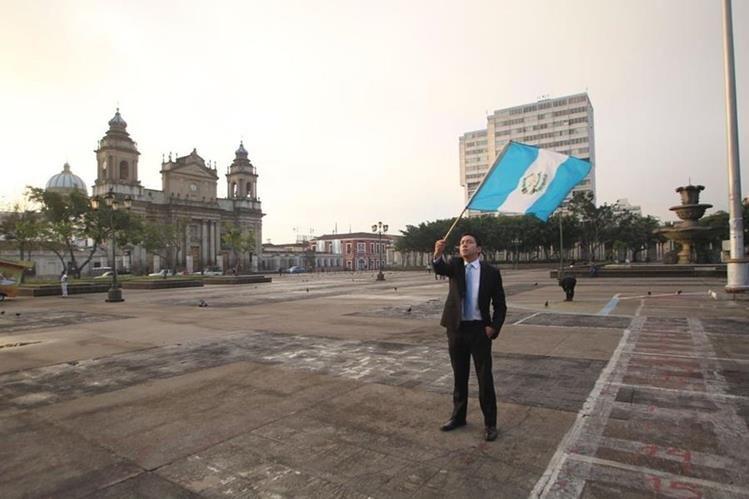 Javier López llegó a la Plaza de la Constitución a las 6 horas para manifestar. (Foto Prensa Libre: Érick Ávila)