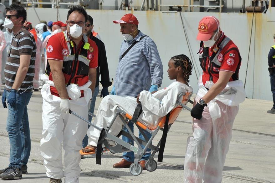 Varios de los migrantes africanos rescatados en el Mediterráneo estaban deshidratados y enfermos. (AFP)