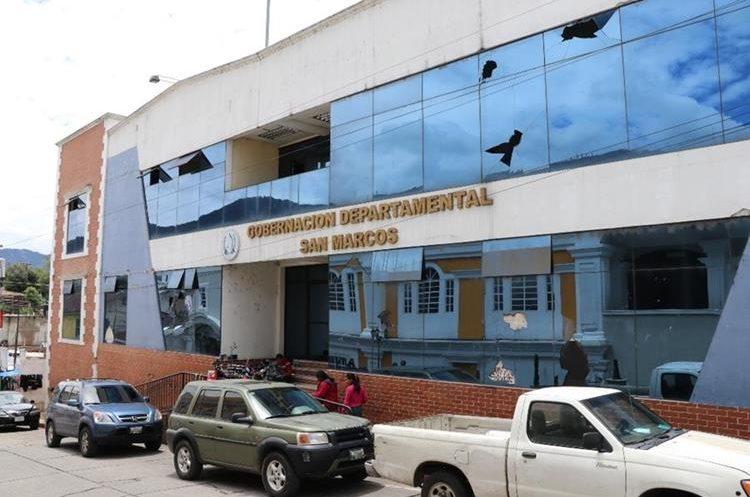 El edificio de Gobernación Departamental, que se había estrenado poco antes,  fue declarado inhabitable y hasta el momento no ha sido reconstruido. (Foto Prensa Libre: Whitmer Barrera)