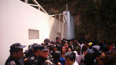 Familiares de reos se molestaron porque se les prohibió las visitas este sábado (Foto Prensa Libre : José Patzán)