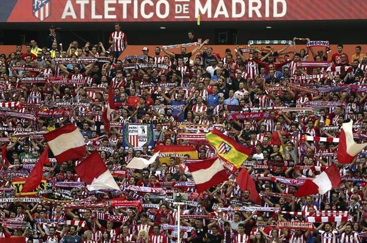 La afición del Atlético de Madrid durante el partido ante el Sevilla. (Foto Prensa Libre: EFE)