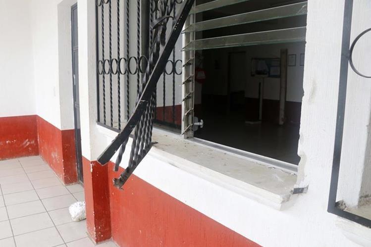 Ventana por donde habrían ingresado los ladrones. (Foto Prensa Libre: Rolando Miranda).