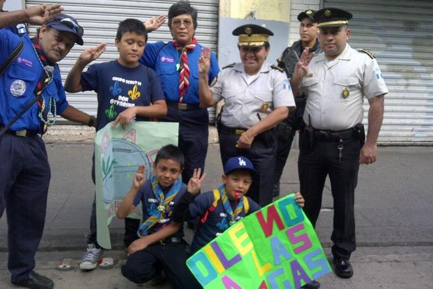 Agentes de la PNC posan para una fotografía con jóvenes Scouts. (Foto Prensa Libre: PNC)