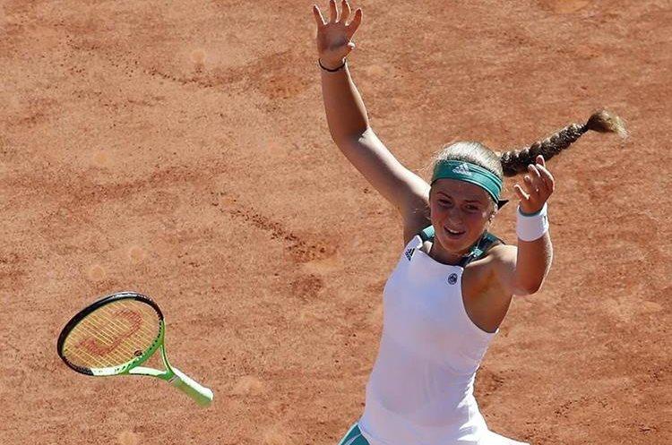Jelena Ostapenko no pudo contener su alegría luego de derrotar a Simona Halep. (Foto Prensa Libre: EFE)