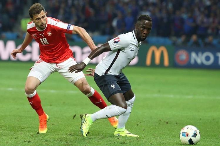 Sissoko, de Francia, disputa un balón con Mehmedi, de Suiza. (Foto Prensa Libre: AFP)