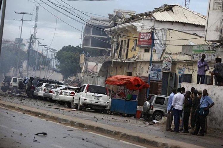 Desolación en las afueras del hotel de Somalia donde ocurrió el ataque islamista que deja al menos 11 muertos. (Foto Prensa Libre: AP).