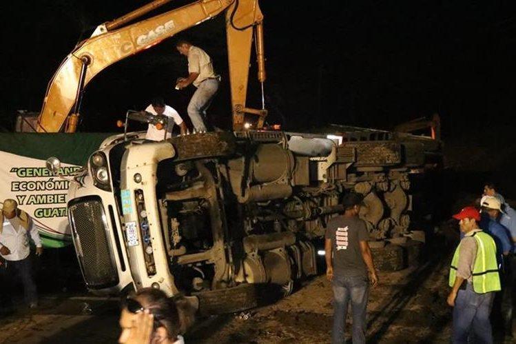 El piloto del camión resultó ileso del accidente que se registró en el puente Cameyá. (Foto Prensa Libre: Cristian Soto)