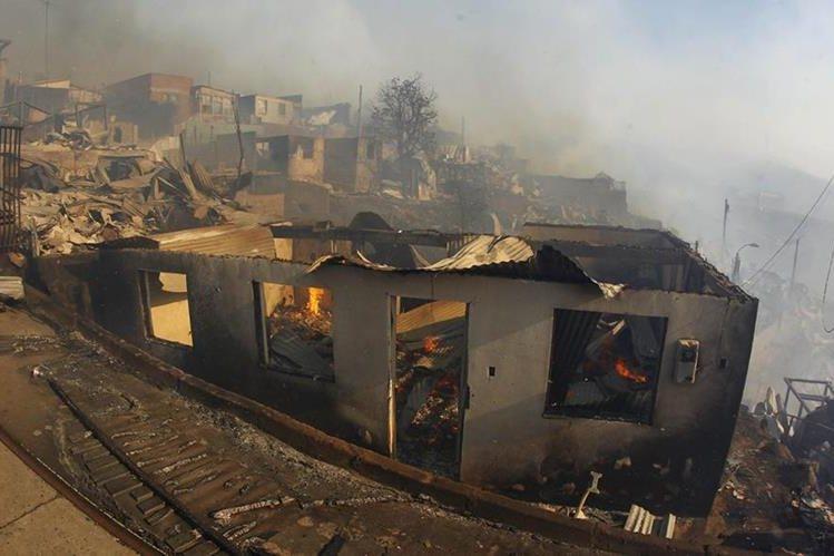 Varias viviendas fueron presas del incendio. (Foto Prensa Libre: EFE)