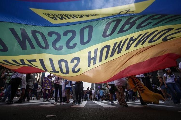 Grupo de participantes en el desfile del Orgullo Gay en Sao Paulo, Brasil. (AFP)