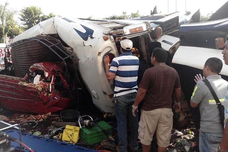 Socorristas utilizan equipo hidráulico para rescatar a víctimas de accidente de autobús en Cuyotenango. (Foto Prensa Libre: Melvin J. Popá)