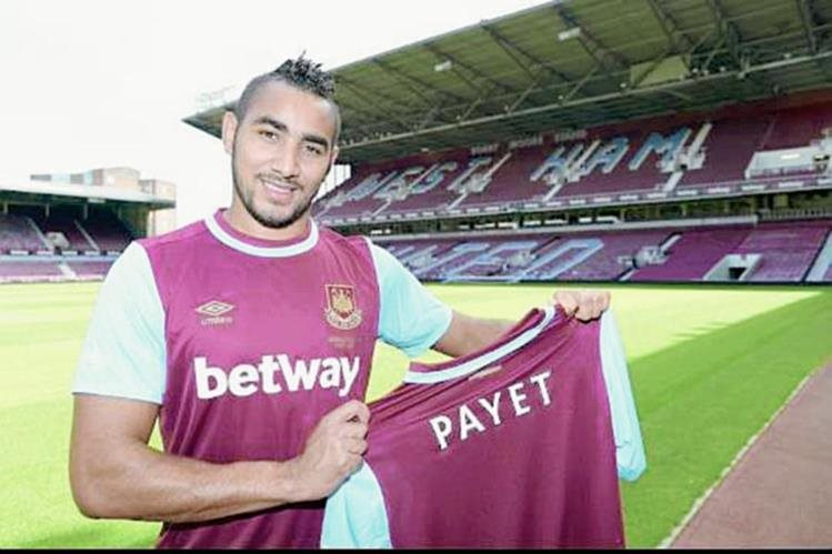 Payet posa con su nueva camisola. (Foto Prensa Libre: Twitter West Ham United)