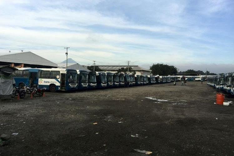 Al menos 200 buses se encuentran paralizados porque falta de pago de salarios a los pilotos de Transurbano. (Foto Prensa Libre: Oscar Rivas)