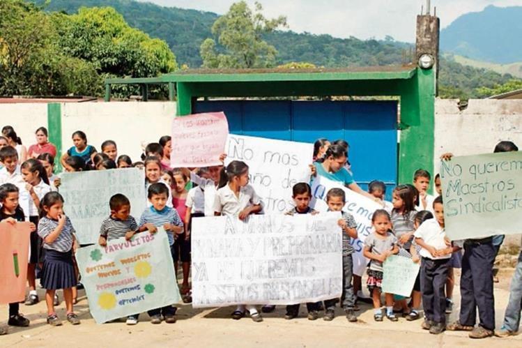 Estudiantes y padres de familia se manifiestan frente a escuela porque los maestros no dan clases.
