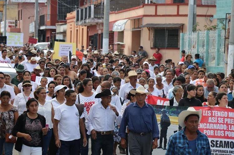 Pobladores de la cabecera de Jalapa se manifiestan de forma pacífica contra la comuna del lugar. (Foto Prensa Libre: Hugo Oliva)