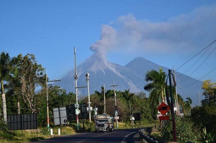 Vista del Volcán de Fuego desde Escuintla, durante erupción del miércoles último. (Foto Prensa Libre: Carlos E. Paredes)