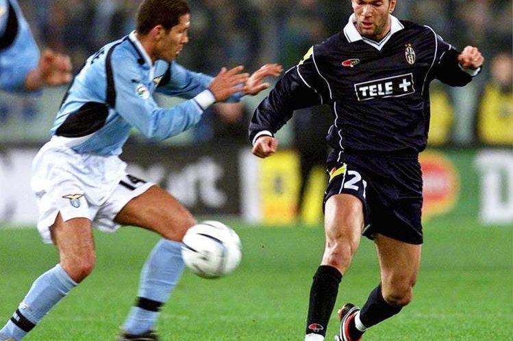 Foto de archivo tomada el 18 de marzo de 2001 del entonces jugador argentino del Lazio Diego Simeone (izq). (Foto Prensa Libre: EFE)