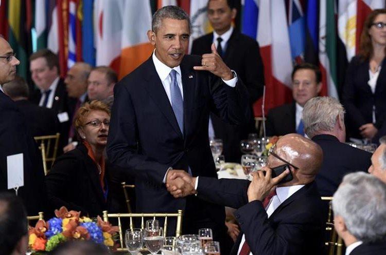 JLX43. NUEVA YORK (NY, EE.UU.), 28/09/2015.- El presidente estadounidense, Barack Obama (c), bromea con su homólogo de Sudáfrica, Jacob Zuma (d), por hablar por teléfono mientras se saludaban en el almuerzo oficial del debate anual de alto nivel de la Asamblea General de la ONU celebrado en su sede de Nueva York (EE.UU.) hoy, lunes 28 de septiembre de 2015. Gobernantes como el estadounidense Barack Obama comparten tribuna desde hoy y durante esta semana con otros dirigentes que se estrenan en este debate, como el cubano Raúl Castro y el chino Xi Jinping. EFE/JUSTIN LANE