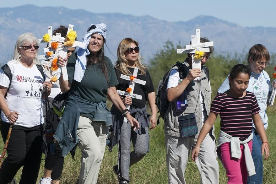 Varias personas participan en una caminata para recordar a los inmigrantes indocumentados fallecidos en el desierto de Arizona. (Foto Prensa Libre: EFE)