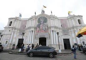 Fieles visitan a la patrona de la Ciudad de Guatemala