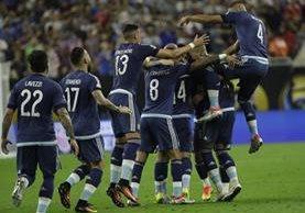Así festejaron los jugadores de Argentina, en la goleada frente a Estados Unidos. (Foto Prensa Libre: AFP)