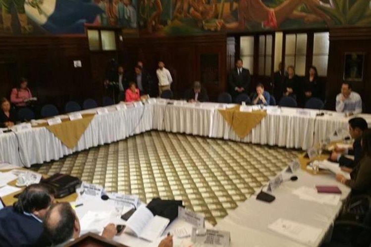 Jefes de bloques se reunieron el viernes para definir detalles de la sesión del sábado (Foto Prensa Libre: Jessica Gramajo)