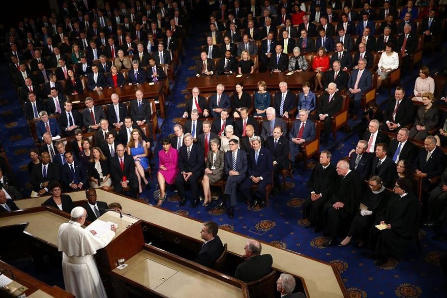 Congresistas estadounidenses escuchan atentos el mensaje del Papa. (Foto Prensa Libre: EFE).