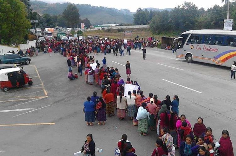 Autobús queda atrapado durante bloqueo en Tecpán Guatemala, Chimaltenango.