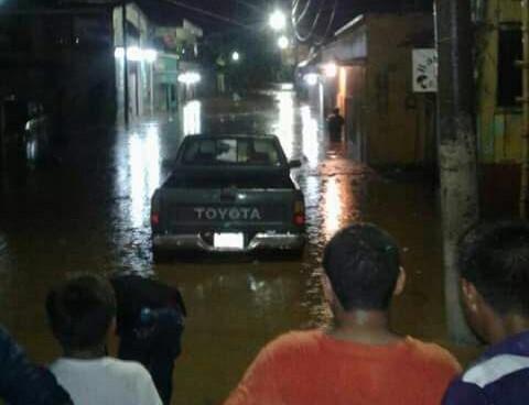 Vecinos observan una calle inundada. (Foto Prensa Libre: Eduardo Sam).