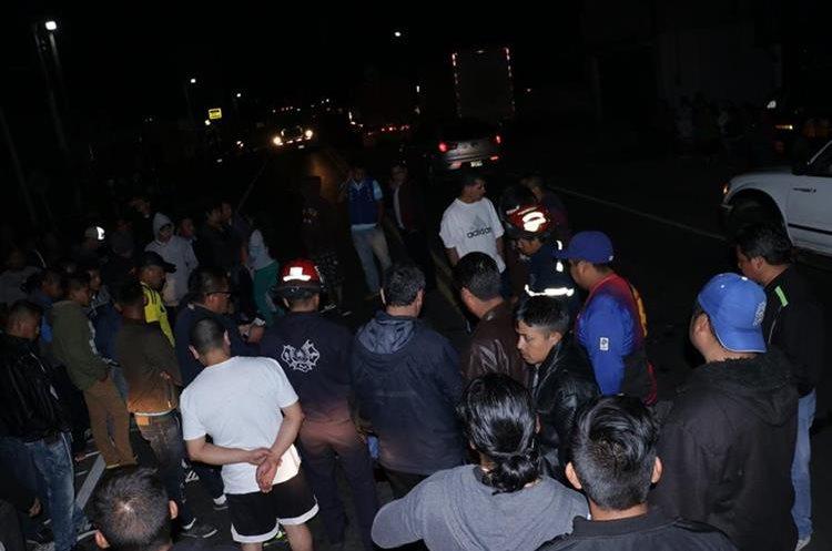 En el km 50, la noche del domingo pasado arrollaron a dos hombres, entre ellos el músico Jorge Gregorio Ávila Patzán, de 55 años. (Foto Prensa Libre: cortesía Víctor Chamalé)