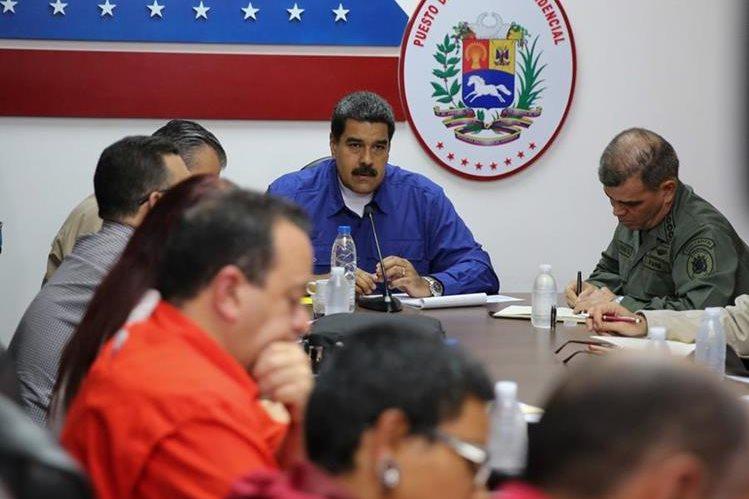 Nicolás Maduro (C) habla con sus ministros durante una reunión en Caracas. (AFP).
