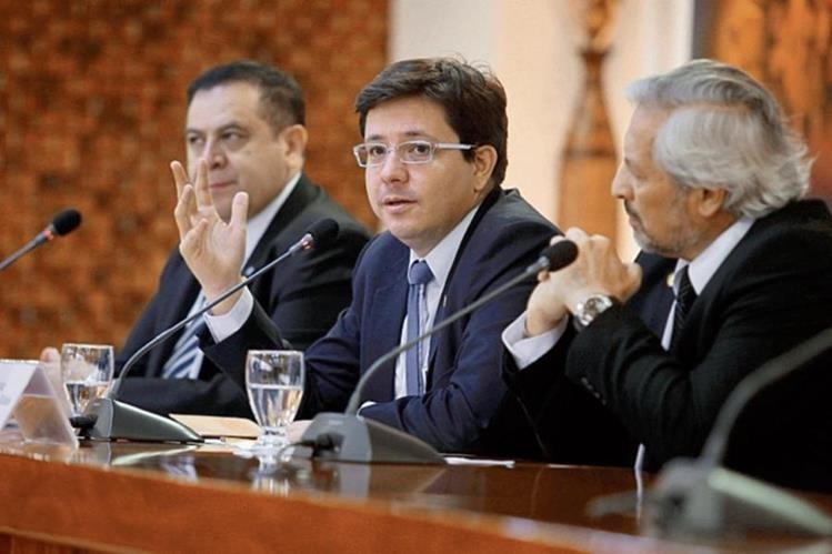 LUIS VELÁSQUEZ (izq.), con Julio H. Estrada y Lionel López, ministro y viceministro de Finanzas.