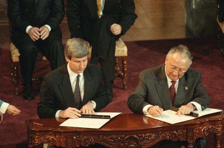 Durante el gobierno de Álvaro Arzú se firmo la Paz, después de 36 años de conflicto armado.