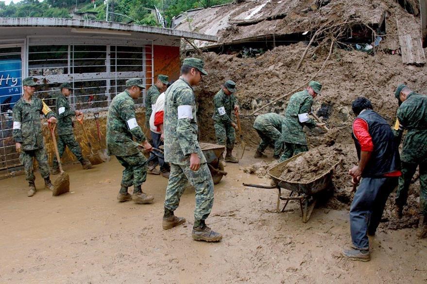 Soldados ayudan en tareas de rescate en Veracruz. (AFP)