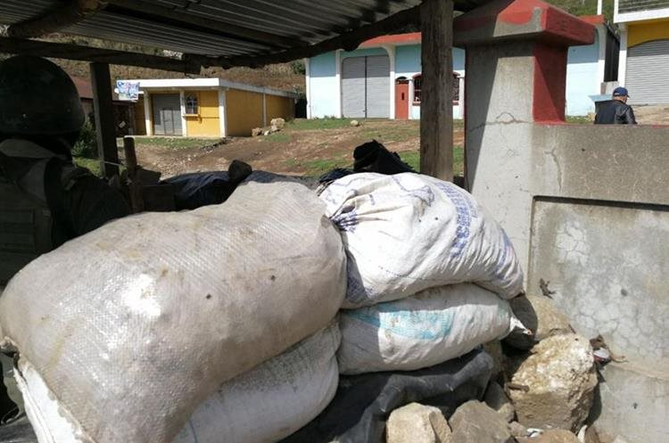 Barricadas rodean los puestos de registro debido a los ataques de pobladores.