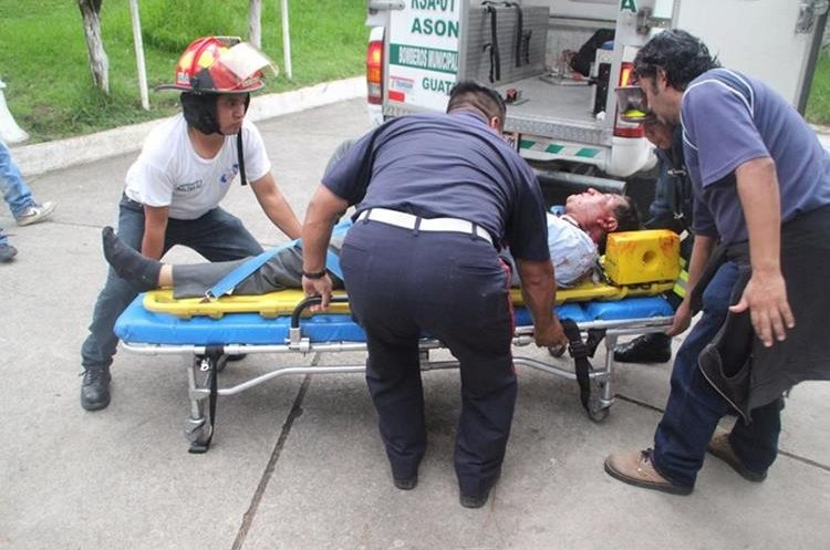 Los heridos fueron trasladados al Hospital Nacional de Sololá. (Foto Prensa Libre: Ángel Julajuj)