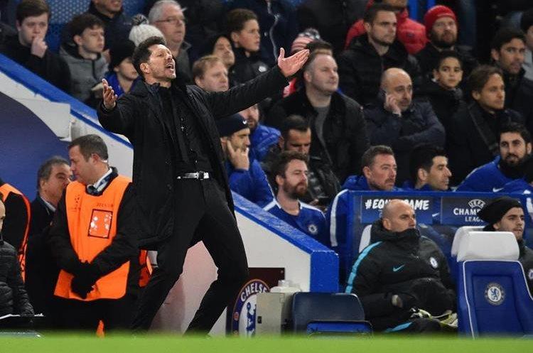 Diego Simeone lució desesperado en la banca durante el partido Chelsea - Atlético de Madrid. (Foto Prensa Libre: AFP)